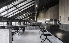 Escritório no estilo industrial tem divisórias de concreto | arktalk