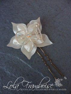 Une jolie fleur moderne avec une inscription OUI en fil métallique. YES flower hair comb, yes flower hair pin, bridal YES hair pin