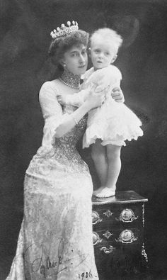 Edwardian dress that belonged to Queen Maud of Norway Oueen Maud with her son prince Olav 1906. Love D'Artagnan.