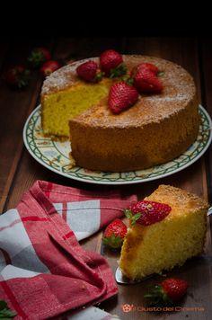 Chiffon cake al cocco limone e fragole è un dolce soffice e delicato come una nuvola. Si può gustare semplicemente spolverizzata con zucchero a velo o ricoperte da glasse o creme.