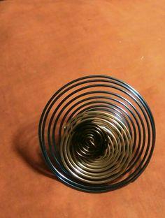 Anillo de espirales de alambre de aluminio en tres colores, de Universo Solariana.