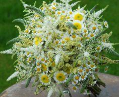 Jemná luční svatební kytice
