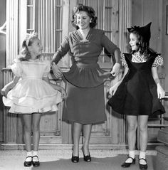 Ann E.Todd con Gracie Allen e Sandra Jack Benny, George Burns, Golden Age Of Hollywood, Peplum Dress, Handsome, Daughter, Formal Dresses, Families, People