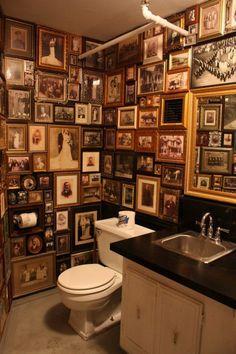 Toilet-met-fotogalerij.gallery-wall. hanging art, art wall . home decor