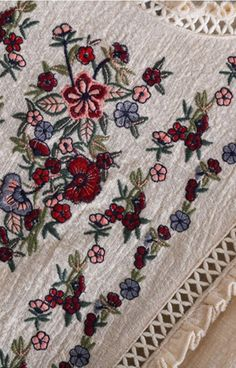 47 meilleures images du tableau broderie   Embroidery, Embroidered ... 367517b2816f