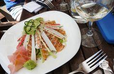 Voor de lekkerste sushi, salade of seafood en om de helderblauwe zee niet uit het oog te verliezen, schuif je rond lunchtijd aan bij visrestaurant Paranga, een van de restaurants aan de boulevard | Photo: Seafood Platter of Fish restaurant Paranga, Camps Bay, Cape Town, South Africa