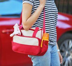 Que mulher não adora comprar bolsas? O acessório nos acompanha em diversas fases da vida, incluindo nos cuidados com o bebê. Já escolheu a sua bolsa maternidade? Se você ainda está perdida com as diversas opções de modelos, a matéria de hoje traz um Top 10 com diversos estilos de bolsa, para todos os tipos de mãe.
