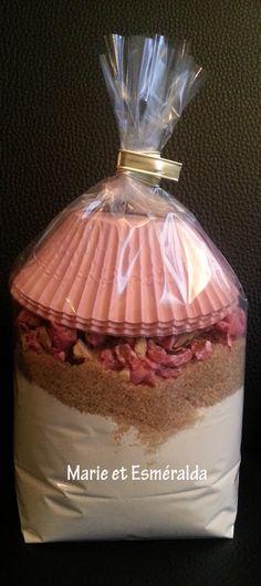 kit muffin aux pralines mélangez:370g deF,1pincée de sel,1/2sachetde levure,déposez au fond du bocal, puis120gcassonade,80gde praline roses concassez : préchauffer le four à180°videz le contenu du bocal ajoutez 110gde beurre fondu puis 1/4L de lait entier et 1œuf. remplissez les caissettes à moitié enfournez pr 15.20m