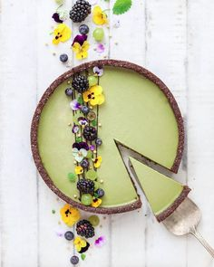Raw, vegan matcha cheeze tart with almond & chocolate crust by Mei Yee Check out her page for this recipe 😉 Tart Recipes, Dessert Recipes, Tarte Vegan, Do It Yourself Food, Bolo Cake, Bon Dessert, Cheese Tarts, Raw Desserts, Vegan Cake