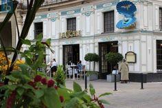 """Un immense coquillage bleu est venu s'échouer sur la devanture de la brasserie """" La Cigale """". Peinte sur la coquille bleue, une Vénus de Botticelli, est parée d'ailes de cigale. Et en guise de perle nacrée : une boule à facettes. L'enseigne de la brasserie """" La Cigale """", place Graslin, a été revisitée dans le cadre du Voyage à Nantes"""