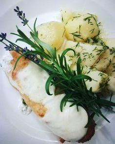 Dzień dobry, dzisiaj na danie dnia polecamy kurczaka faszerowanego serkiem śmietankowym z młodymi ziemniakami i surówkami Zapraszamy! 💕🍽️💕#podorlem #kartuzy #trojmiasto #polishcusine #food #podorlemkartuzy #kaszuby #bestteamever #najlepszykucharz #niebowgębie #restauracja #obiad