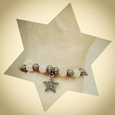 "Pulsera ajustable con bolitas en tono rosado y abalorios. Con estrella ""Just for you"""