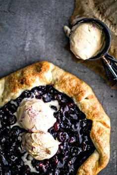 Recipe for delicious oven-warm blueberry galette, in which even the ice melts ♥ Blueberry Recipes, Fruit Recipes, Sweet Recipes, Baking Recipes, Dessert Recipes, Desserts, Blueberry Galette, Quiche, No Cook Meals