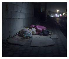 Fotógrafo captura imagens de crianças refugiadas da Síria  RALIA, 7, E RAHAF, 13, DORMINDO NAS RUAS DE BEIRUTE, LÍBANO