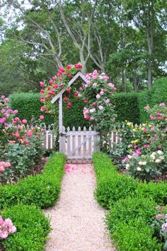 Improve Your Lawn And Garden Using These Landscaping Ideas - DIY Landscaping Ideas 101 Backyard Cottage, Cottage Garden Design, Landscaping Tips, Garden Landscaping, Lawn And Garden, Garden Art, Beautiful Landscapes, Beautiful Gardens, Garden Renovation Ideas