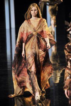 Elie Saab Parigi - Haute Couture Fall Winter - Shows - Vogue. Fashion Week, High Fashion, Fashion Show, Couture Fashion, Runway Fashion, Couture Style, Elie Saab Haute Couture, Elie Saab Fall, Valentino