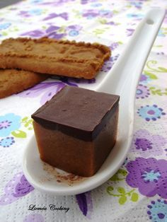 Pour les amateurs d'épices, cannelle… de spéculoos et les accros au chocolat … voici un bouchée carrée qui va attiser vos papilles. Un mélange de chocolat blanc et de spéculoos de chez Jours Heureux , surmonté d'une fine couche de chocolat noir , le tout pouvant être saupoudré ou entièrement enrobé de chocolat en poudre non sucré… Hummm, on reconnaît les gourmands.