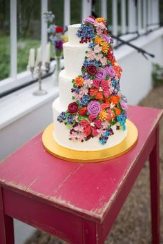Today's wedding inspiration is a cute mix of the colourful and curious! A fabulous team of talented wedding vendors put together this Alice inspired 'Through The Looking Glass' bridal shoot - and I have to say, I absolutely adore all the detailing.