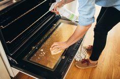 Hjælp til rengøring af ovn? Det er let at gøre ovnen ren med brun sæbe eller natron på en effektiv og miljøvenlig måde. Det er både billigt og sikkert. Oven Cleaning, Cleaning Hacks, Family Planner, Let, Butcher Block Cutting Board, Clean House, Housekeeping, Good To Know, Life Hacks
