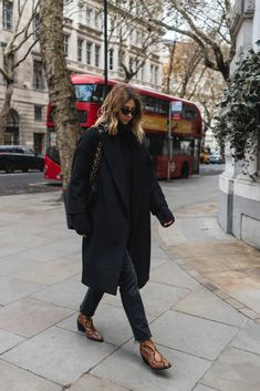 London Street Style + All black outfit + snakeskin boots outfit + Chanel handbag Chic Fall Fashion, Autumn Winter Fashion, Fashion Black, Paris Fashion, Street Fashion, Schwarzer Mantel Outfit, Noora Style, Black Coat Outfit, Black Outfits