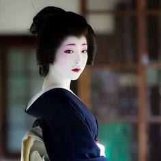 Where to See A Real Geisha in Kyoto Japanese History, Japanese Beauty, Japanese Culture, Japanese Fashion, Kabuki Costume, Geisha Art, Traditional Japanese Art, Modern Pictures, Portraits