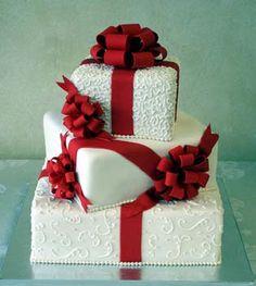 Torta de boda con 3 pisos traslapados y cintas rojas