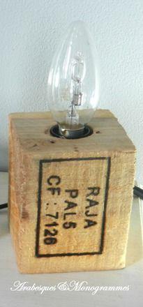 Écologique et pratique, ce petit cube (hauteur 9cm, côtés 7,5cm) provenant d'une palette, plus exactement, le pied, a été percé en son centre pour recevoir une douille (E27)  - 16921746