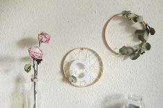 MI ARMARIO COQUETO: DIY - DECORAR CON EUCALIPTO Flower Arrangements, Wreaths, Flowers, Ideas, Finding Nemo, Wooden Letters, Tv Wall Hanging, Small Flowers, Diy Decorating
