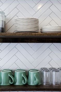 Simple, unpretentious, and cost-effective, white ceramic tile is the white T-shirt of the kitchen. It'soften called subway tile, because it was developed