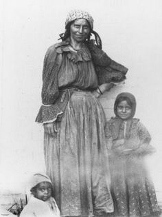 Gypsy woman and two young children, Annerley, Portrait of a woman and two children. They wear scarves around their heads and the woman and girl wear patterned tops and skirts. Caption: Visiting gipsy and children, April Gypsy Life, Gypsy Soul, Gypsy People, Gypsy Culture, Gypsy Women, Gypsy Living, Gypsy Caravan, Vintage Gypsy, Mother And Child