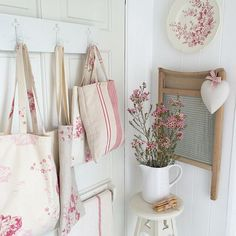 35 Awesome Shabby Chic Kitchen Designs, Accessories and Decor Ideas - For Creative Juice Casas Shabby Chic, Shabby Chic Mode, Shabby Chic Stil, Shabby Home, Shabby Chic Interiors, Shabby Cottage, Vintage Shabby Chic, Shabby Chic Furniture, Cottage Chic