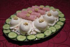 Kaszinótojás és tormakrémes sonkatekercs Katharosztól recept képpel. Hozzávalók és az elkészítés részletes leírása. A kaszinótojás és tormakrémes sonkatekercs katharosztól elkészítési ideje: 70 perc Cold Dishes, Hungarian Recipes, Diy Food, Bacon, Food And Drink, Cooking Recipes, Yummy Food, Lunch, Snacks