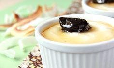 Manjar cremoso de coco com calda de ameixa