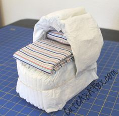 Cute As a Fox: Diaper Bassinet Tutorial Diaper Cakes Tutorial, Diaper Cake Instructions, Diy Diaper Cake, Nappy Cake, Baby Shower Gift Bags, Baby Shower Diapers, Baby Boy Shower, Diaper Carriage, Diaper Bassinet