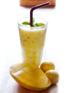 Maidoton mangopirtelö sopii myös maitoallergikoille ja vegaaneille. 1. Kuori ja viipaloi banaani. Valuta säilykemangosta liemi. 2. Mittaa teho…