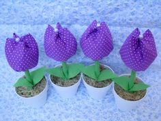 Vasinho com Tulipa de tecido 100% algodão. Ideal para lembrancinhas de chá de bebê, maternidade,batizado, aniversário ou casamento. Confeccionado com tecido 100% algodão, folhas em feltro e vasinho de plástico.  Pedido Mínimo: 10 unidades R$2,80