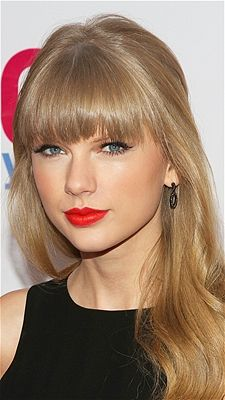 At Z100's Jingle Ball 2012 in NYC, Taylor Swift's Z100's new warm blonde hue complemented her soft, relaxed curls.
