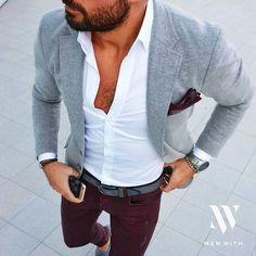 Chino bordeau, chemise blanche, veste et ceinture grise.