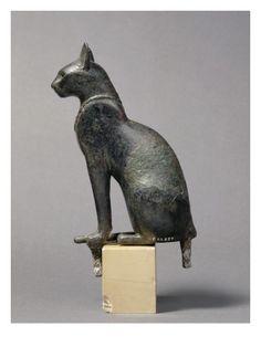 Statue de la déesse chatte Bastet de profil.