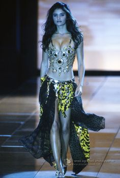 Helena Christensen walked for Versace Couture 1992 Versace Fashion, 90s Fashion, Runway Fashion, Fashion Art, Fashion Models, High Fashion, Vintage Fashion, Womens Fashion, Fashion Design