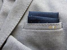 Te damos las claves para saber cuándo y cómo llevar pañuelos de bolsillo y un vídeo tutorial donde aprender a doblar pañuelos de bolsillo. ¡Es muy fácil!