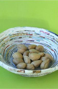 colle de riz Extrêmement résistante, elle peut être utilisée pour réaliser tous les collages de papier. On s'en sert pour les reliures de livres, le cartonnage de luxe ; les collages réalisés avec la colle de riz sont réputées inarrachables. De blanchâtre, la colle devient transparente en séchant.