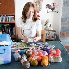 """""""Mi abuela era una gran tejedora y a los 13 años decidió que me iba a enseñar el oficio, empezamos con manteles y bufandas, muchos años después abandoné esa pasión, pero el ser madre me la devolvió a mi vida aunque creo que es más un hobby que un trabajo, cada día me doy cuenta que mis productos tienen alma propia y que con un toque de diseño pueden llegar a verse en las playas colombianas."""" María #GalloRosa  #HechoConElCorazon #HechoAMano #Artesanos #Diseño #Pasión #Cultura"""
