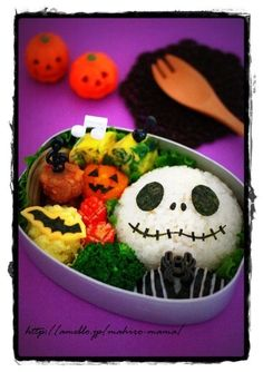 The Nightmare Before Christmas is, of course, a perfect subject for a Halloween themed bento. This one is one of the best ones I've seen, by mahiromama. Look how neat the cut nori work is on Jack Skellington's face - Kawaii Bento, Cute Bento Boxes, Bento Box Lunch, Bento Food, Nightmare Before Christmas, Sushi, Japanese Lunch Box, Japanese Food Art, Jack Skellington
