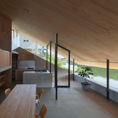 Suppose Design Office's House in Hibaru<br /> stretches down to the edge of a reservoir