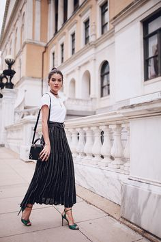 Look: Midi Skirt with a T-shirt Arab Fashion, Muslim Fashion, Fashion 2017, Cute Fashion, Skirt Fashion, Fashion Outfits, Urban Style Outfits, Simple Outfits, Classy Outfits