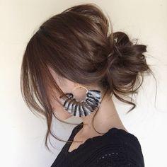「お団子」は夏のヘアスタイルだと思われがち。首元をすっきり涼しく過ごしたいですもんね。ところが、秋冬のファッションに似合うのも「お団子」なんです。ちょっぴりユルッとしたシルエットに仕上げるのがポイントですよ。