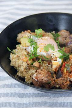 SPÉCIALITÉ DU MAROC : TAJINE KEFTA OEUF - Un tajine est un plat d'argile marocaine avec un couvercle conique, généralement utilisé pour cuire des ragoûts braisés lentement. Cependant, il n'y a rien dans ce plat qui nécessite réellement de mijoter très longuement, il est donc tout à fait possible de cuisiner ce plat dans une poêle ou un plat à four si vous…