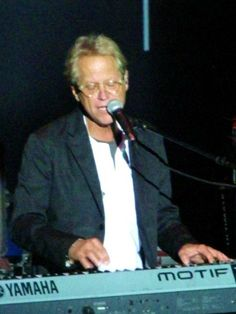 Gerry Beckley on keyboards.