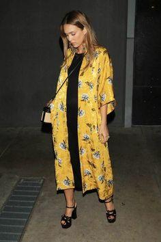 Jessica Alba wearing a Yellow Kimono and Saint Lauren Sandals Look Kimono, Style Kimono, Kimono Outfit, Kimono Fashion, Boho Fashion, Fashion Outfits, Womens Fashion, Fashion Styles, Latest Fashion